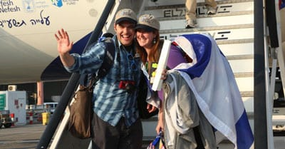 A happy couple makes aliyah as part of El Al Flight LY 3004 on July 22. Credit: Sasson Tiram.