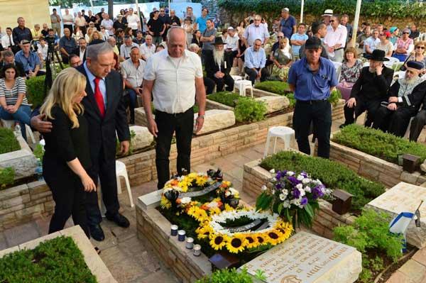 The family at the grave of Joni Photo: Kobi Gideon (GPO)