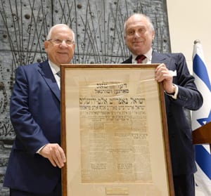 President Rivlin presents Ronals S. Lauder with a framed Yiddish newspaper poster from the days after the unification of Jerusalem in 1967.