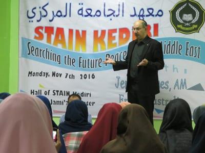 Jeremy Jones addresses university students in Kadiri