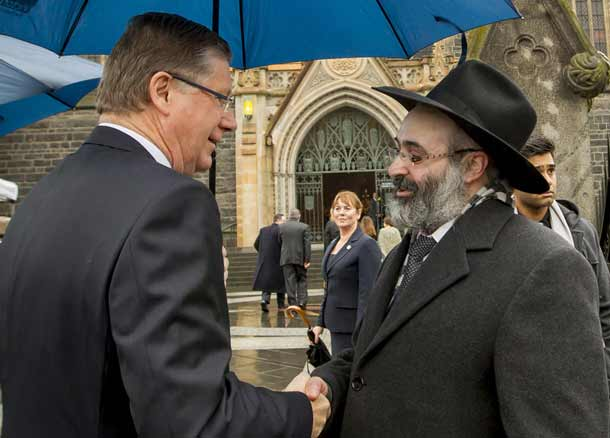 Victorian Premier Denis Naphthine and Rabbi Mair Shlomo Kluwgant