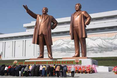 North Koreans bow to statues of former leaders Kim Il-sung and Kim Jong-il in the capital of Pyongyang. Credit: J.A. de Roo via Wikimedia Commons.