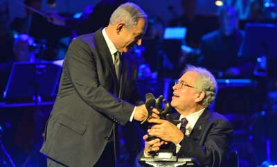 Benjamin Netanyahu awards the Genesis Prize ti Itzhak Perlman Photo: Koby Gideon (GPO)