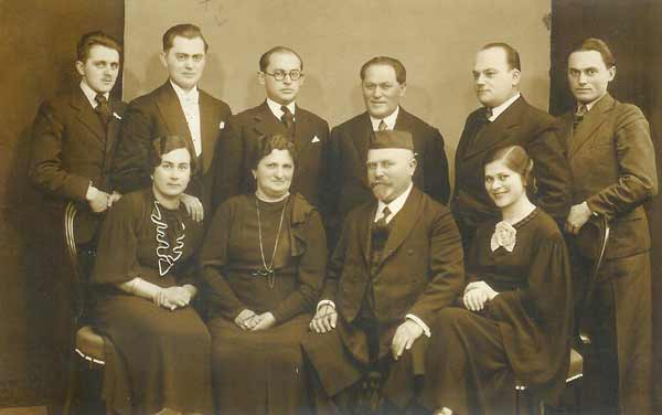 Rabbi Samuel and Rebbetzin Eva Gottschall and their family in 1935