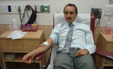 Ambassador Dave Sharma donates blood