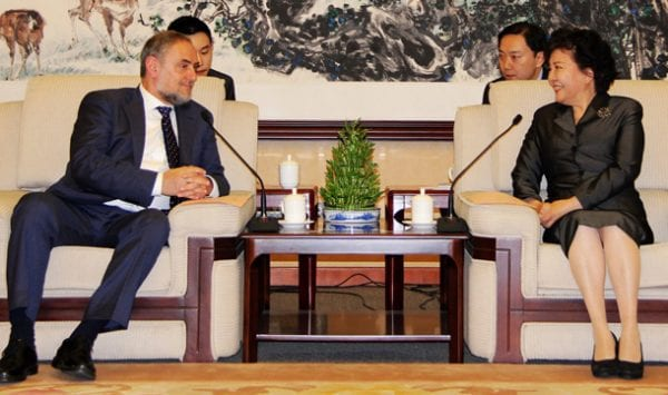 WJC CEO Robert Singer with Minister Qiu Yuanping (photo: Overseas Chinese Affairs Office of the State Council P.R.C.)