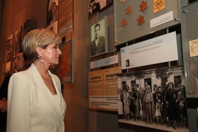 Minister Bishop toured the Holocaust History Museum, which tells the story of the Holocaust accompanied by hundreds of personal accounts and artifacts Photo: Twitter