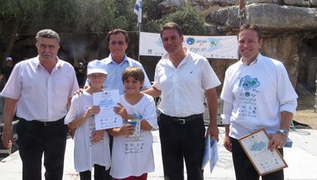 L-R: MP Amir Peretz, Efi Stenzler, Haim Bibas and Luke Davies present certificates of participation to schoolchildren. Photo: Yoav Devir