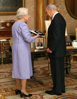 Her Majesty The Queen and Shimon Peres