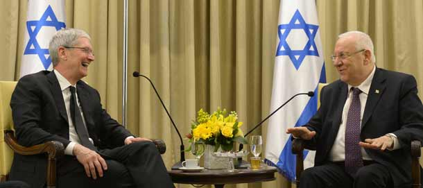 Tim Cook and President Reuven Rivlin    Photo:  Amos ben Gershom