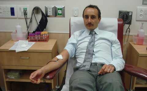 Ambassador Dave Sharma donates blood
